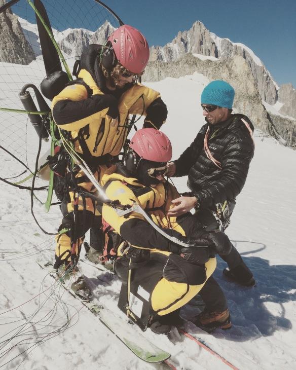Lundi 7 septembre : Vanessa et Tim Green se préparent à décoller d'Helbronner avec l'aide Paul Robach et de Maxime.  Photo : Maxime Magnani