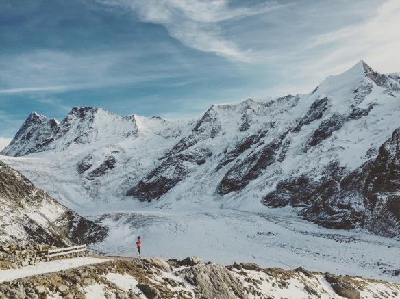 La vue depuis le refuge et des montagnes qui nous font nous sentir bien petits...