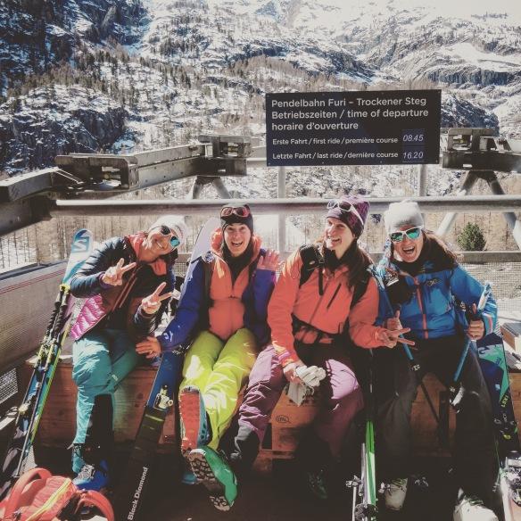 Quatre filles en route pour le refuge de Hornli ;)