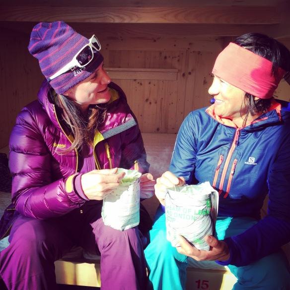 Bon petit repas dans l'agréable refuge d'hiver. Et ça rigole!   ©Giulia Monego